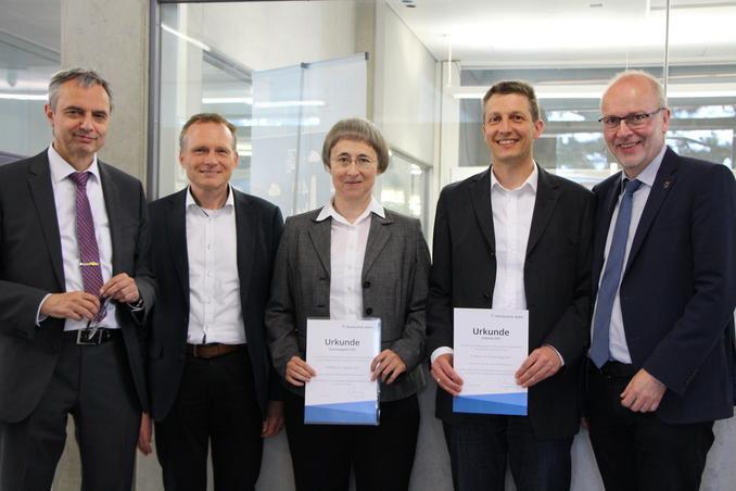 Die beiden Preisträger Prof. Dr. Dagmar Goll und Prof. Dr. Florian Wegmann mit Rektor Prof. Dr. Gerhard Schneider sowie den Prorektoren Prof. Dr. Heinz-Peter Bürkle und Prof. Dr. Harald Riegel (von links)